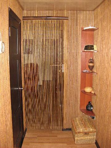 Угловая мебель используется для хранения аксессуаров, плетеный ящик дополняет стилистический замысел