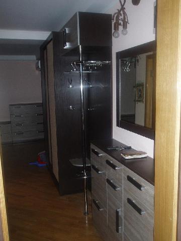 В прихожей коридоре на фото используется достаточно большое количество мебели