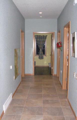 Прихожая не есть отдельным помещением, в нее выходят двери из других комнат