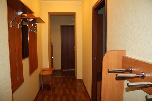 В коридоре-прихожей мебель подбирается индивидуально, и не обязательно должна быть массивной