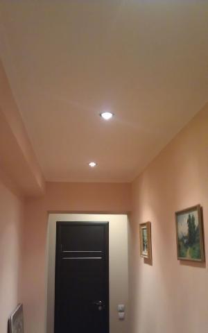 Галогенные лампы помогают создать в интерьере теплый белый свет