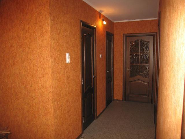 Теплые насыщенные тона в прихожей коридоре требуют яркого освещения, иначе они будут скрадывать пространство