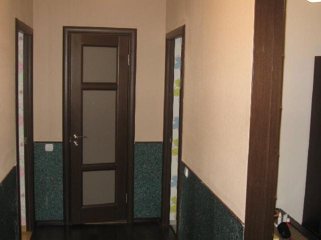 В прихожей с высокими потолками можно позволить подобную отделку стен с делением пространства в нижней зоне