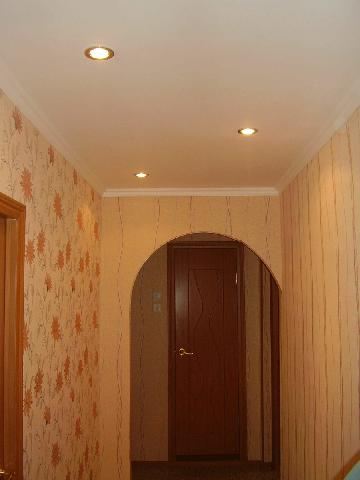 Стены в прихожей должны быть ровными, тогда отделочные материалы смотрится красиво