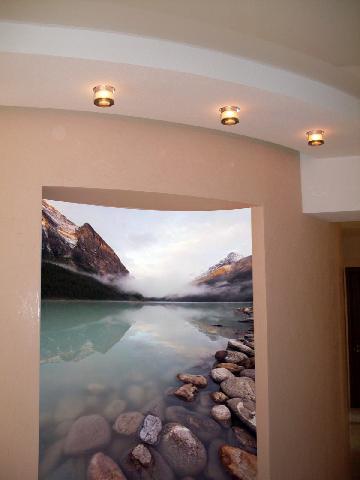 В прихожей коридоре центральным декоративным элементом интерьера есть фотообои в нише