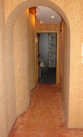 Для отделки стен и пола можно использовать пробку