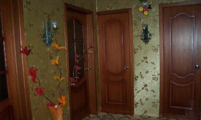 В типовой прихожей в квартире нет источника естественного освещения и в нее обращено несколько дверей
