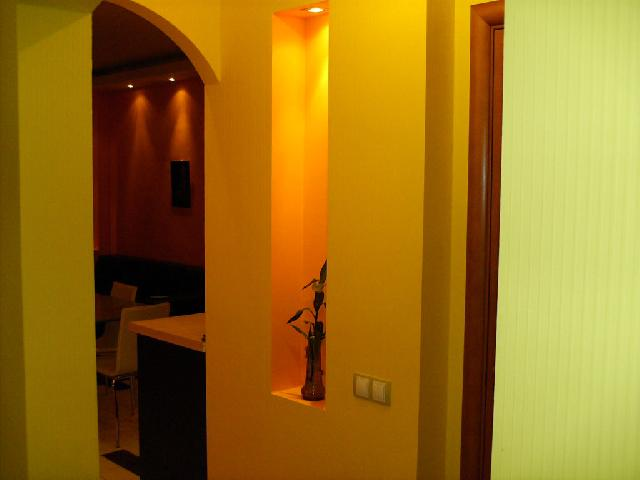 Декоративное точечное освещение в нише делает интерьер прихожей индивидуальным и завершенным