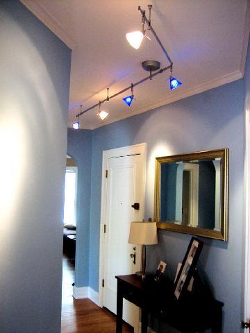 Гибкое и подвижное освещение делает интерьер прихожей современным и стильным