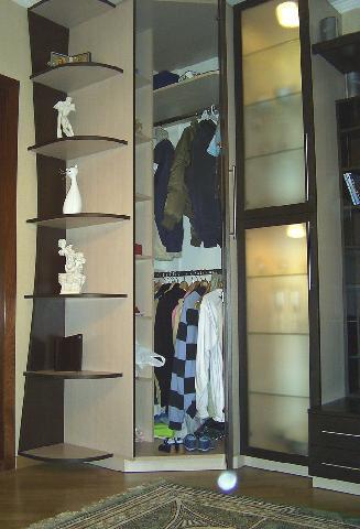 Шкаф-купе в прихожей заменяет собой полочки, вешалки и помогает избежать загроможденности интерьера