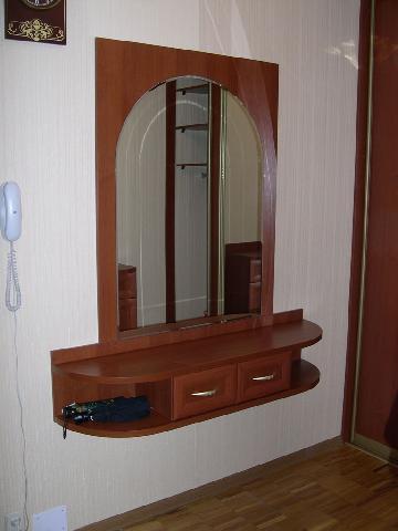 Навесная мебель в прихожей позволяет выделить полезное пространство