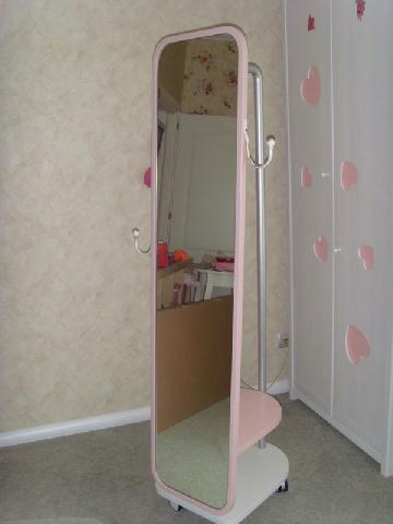 Зеркало-гардероб — хороший выбор для прихожей в хрущевке с небольшой площадью