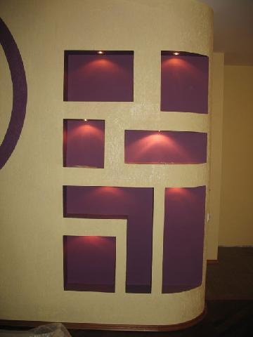 Сдержанный общий фон прихожей позволяет выделить оригинально оформленные ниши в стене