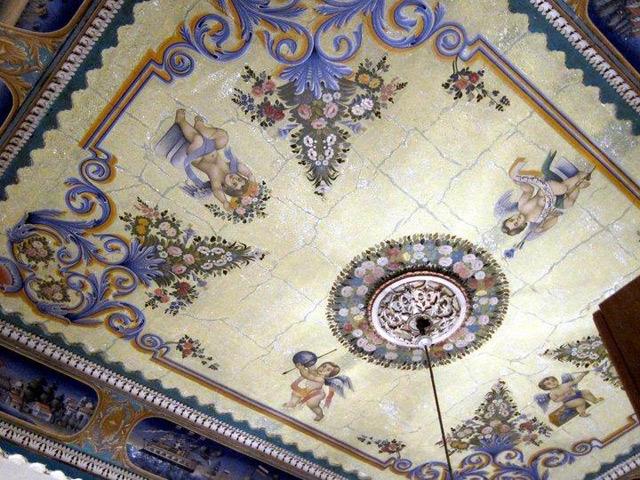 Расписной потолок в жилом доме