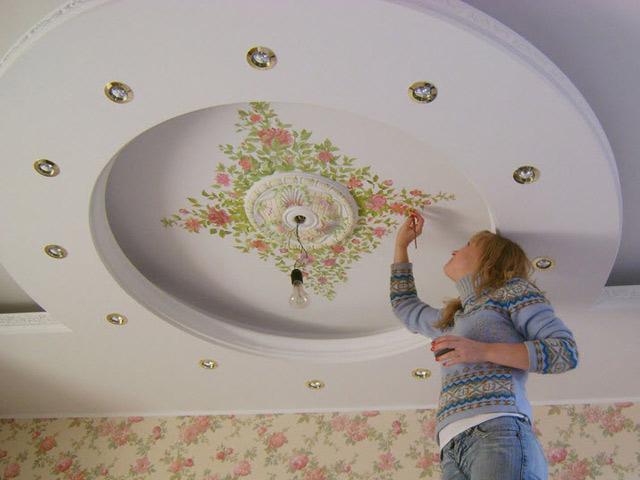 Роспись потолка в современной квартире