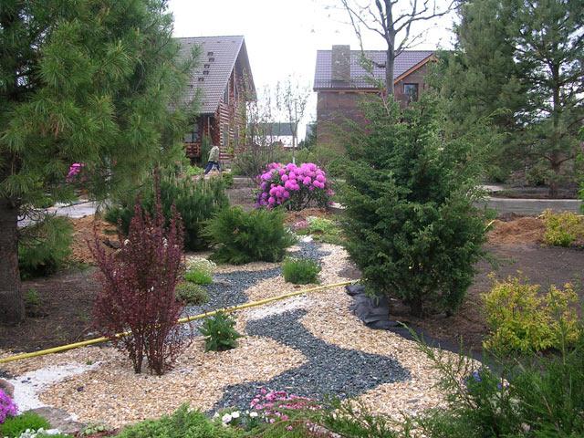 Вариант садовой дорожки из цветного гравия