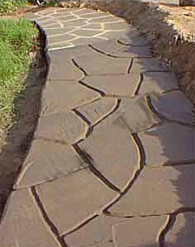 Бетона доріжка, розмальованя під каміння