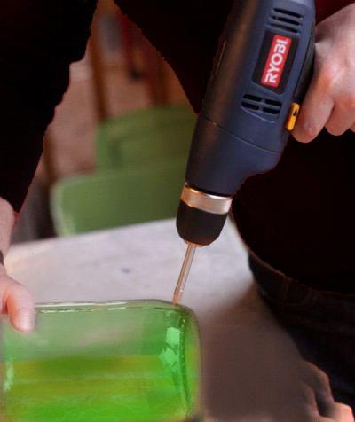 Самое главное и трудное — просверлить дырки в теле бутылки возле самого дна