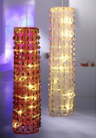 Выглядят светильник из гирлянд, бусин и органзы шикарно