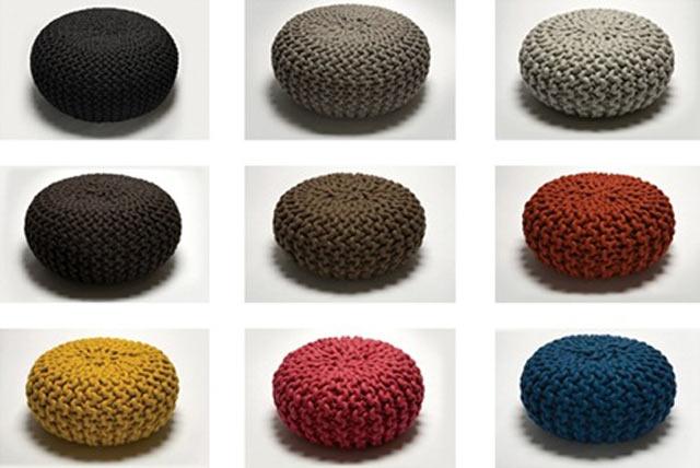 Різнобарвні в'язані пуфи