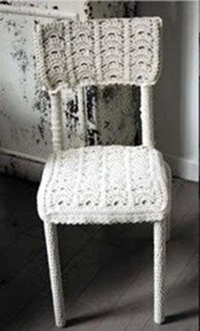Реставрований за допомогою спиць і ниток стілець