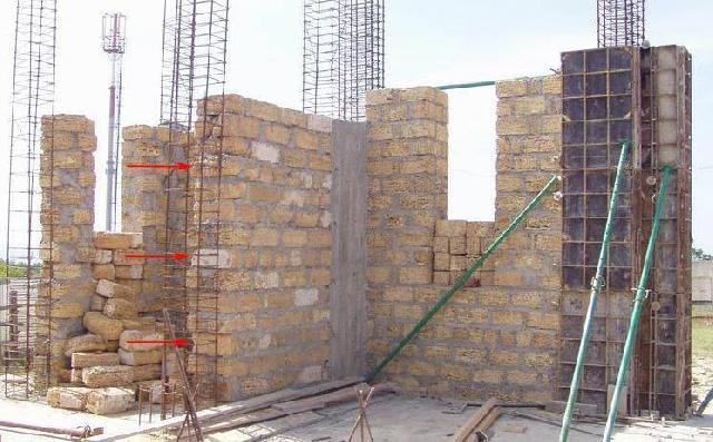 Стрелкой указанно на ряды с перевязкой кладки стен