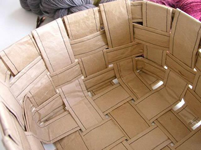 Плетеная корзина из бумаги готова