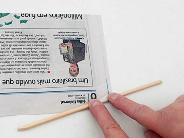Фиксируем край газеты на палочке