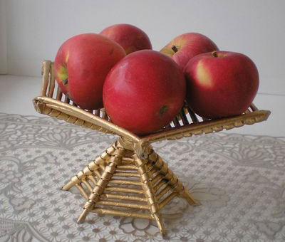 Готовая фруктовница, плетенная из газет