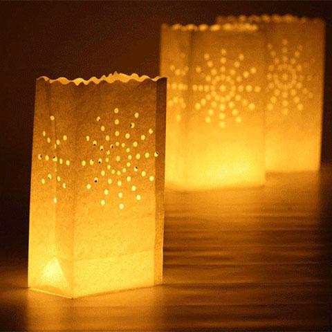 Такі свічники можна сміливо ставити на вулиці і в саду