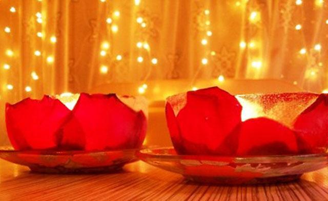 Подсвечник из лепестков роз