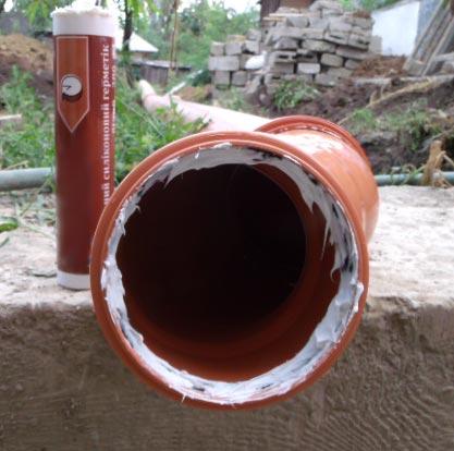 Перед тем как соединять раструбы, нужно смазать резиновое кольцо силиконовым герметиком