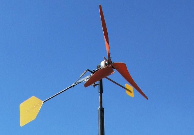 Вітрогенератор із захистом від ураганного вітру з допомогою бічній лопаті