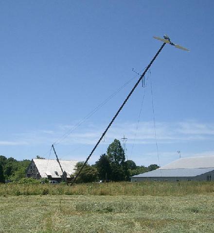 Подъём мачты с установленным ветрогенератором при помощи стрелы противовеса