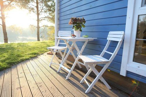 Стол со стульями на террасе