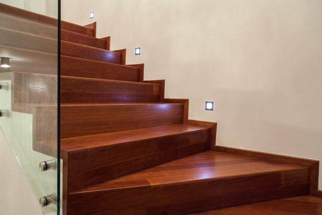 Деревянная лестница, покрытие - лак VIDARON