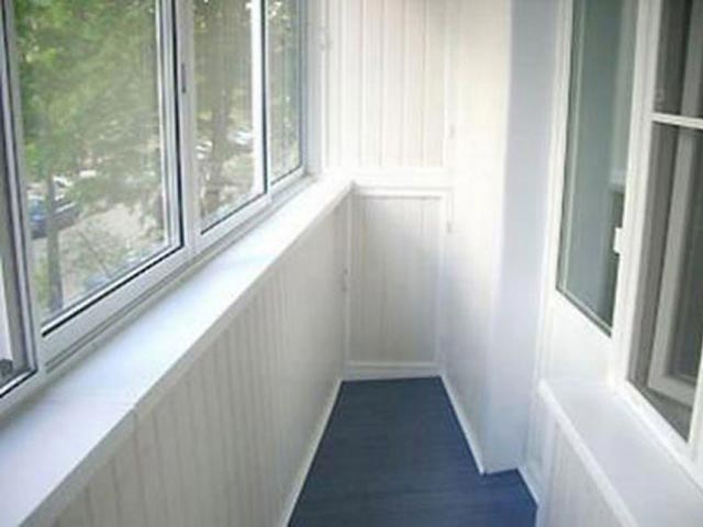 Балкон, обитый пластиковой вагонкой