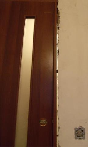 Перед запениванием следует проверить зазоры между дверью и коробкой