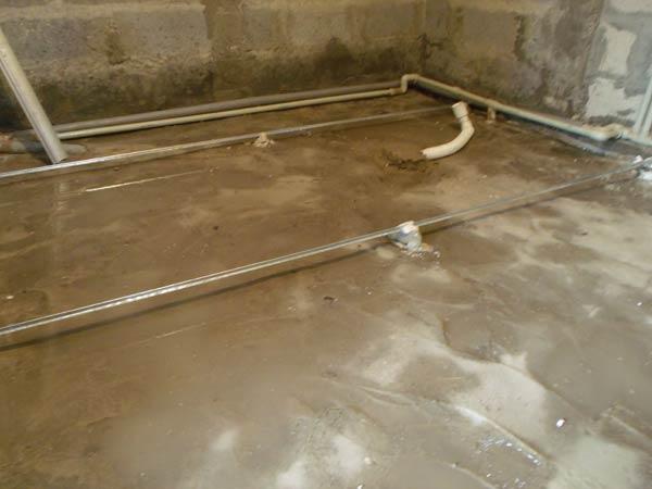 Перед бетонированием стяжки черновая поверхность очищается от пыли и смачивается