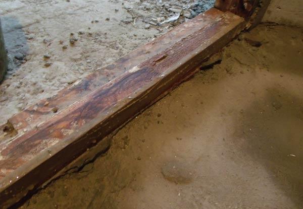 Перед нанесением стяжки следует закрыть все деревянные предметы