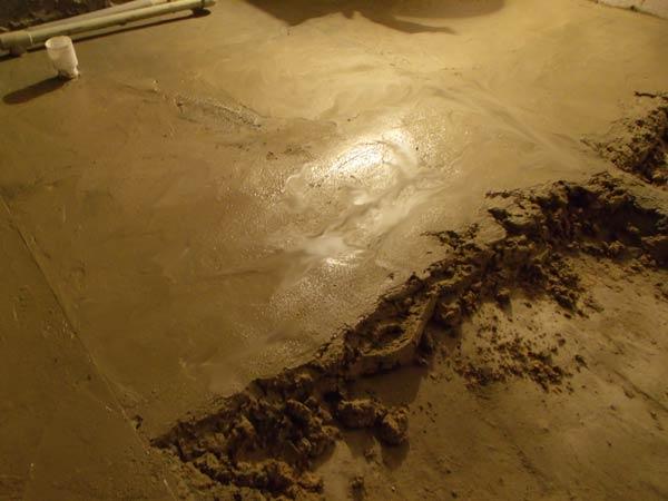 Нанесение раствора бетонной стяжки