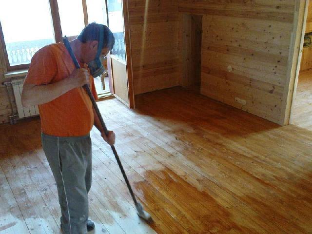 Процесс лакирования деревянной поверхности с помощью валика