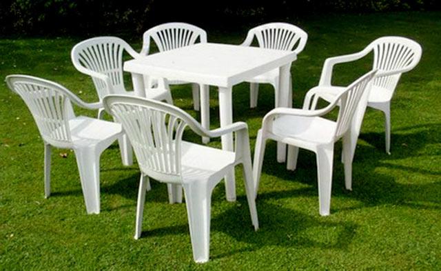 Білі меблі з пластика
