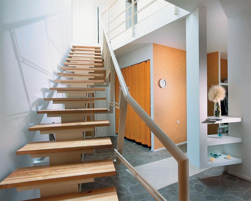 Железная бюджетная лестница с деревянными ступенями