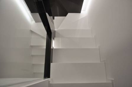 Бетонная лестница между стенами