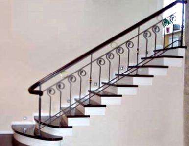Декоративное оформление одномаршевой бетонной лестницы