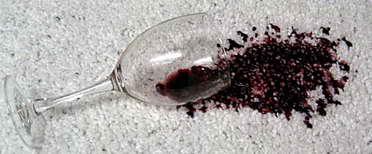 Чищення м'яких меблів від червоного вина