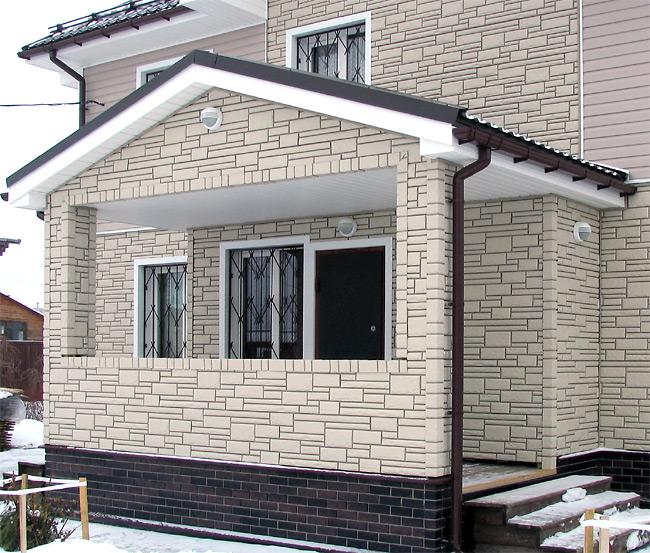 Цоколь здания отделан цокольным сайдингом