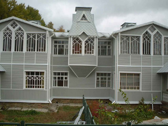 Фасад дома отделанный цокольный сайдингом