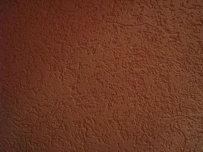Стена, оштукатуренная короедом